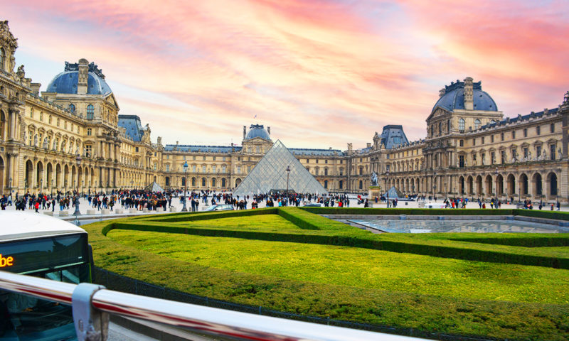 Piramida de la Muzeul Luvru, Paris