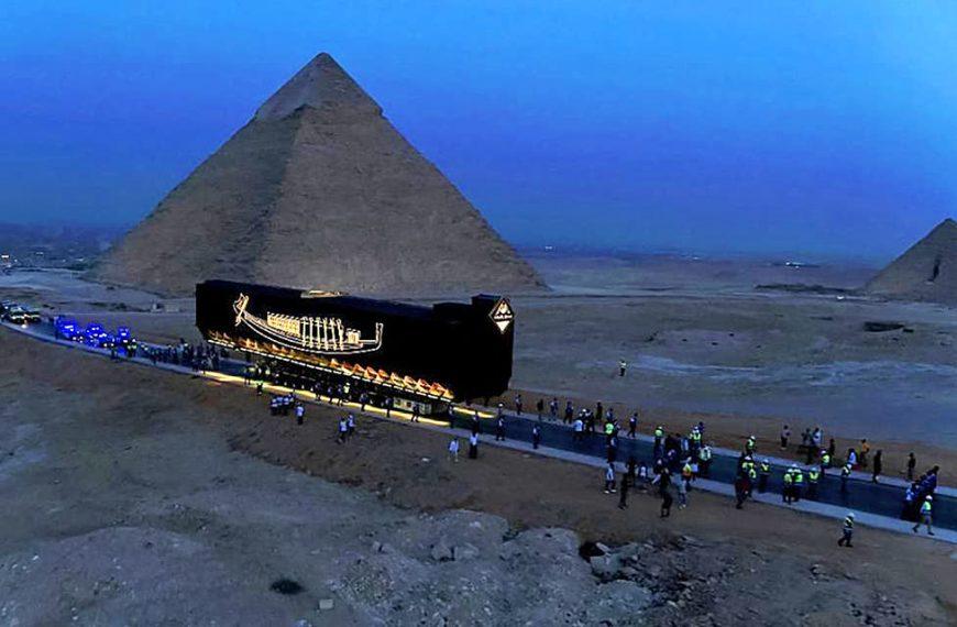 Barca solara a faraonului Keops (Khufu) a fost mutata in Marele Muzeu Egiptean